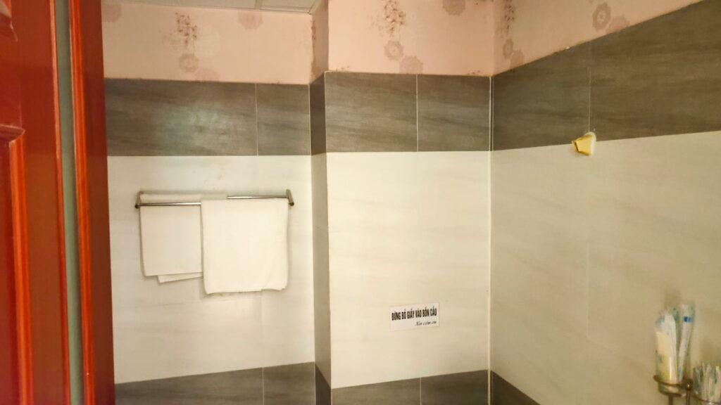 Không gian của nhà tắm phòng 800k một khách sạn ở quận Tân Phú