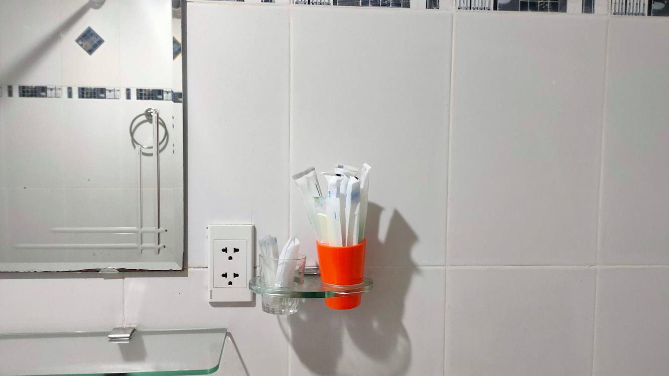 Phòng tắm được thiết kế đủ đồ dùng cho 4 người