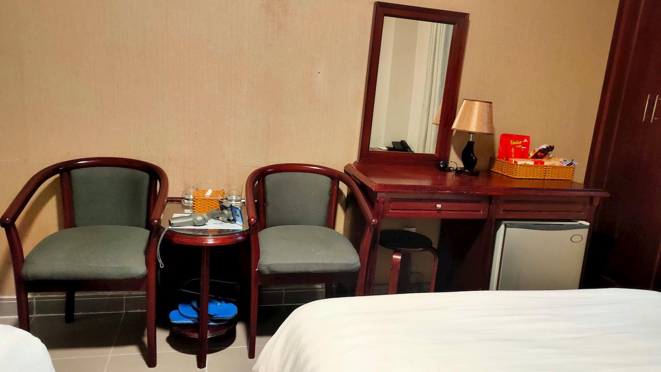 Khách sạn phòng giường đôi giá rẻ Ghế cùng bàn cho không gian tiện nghi