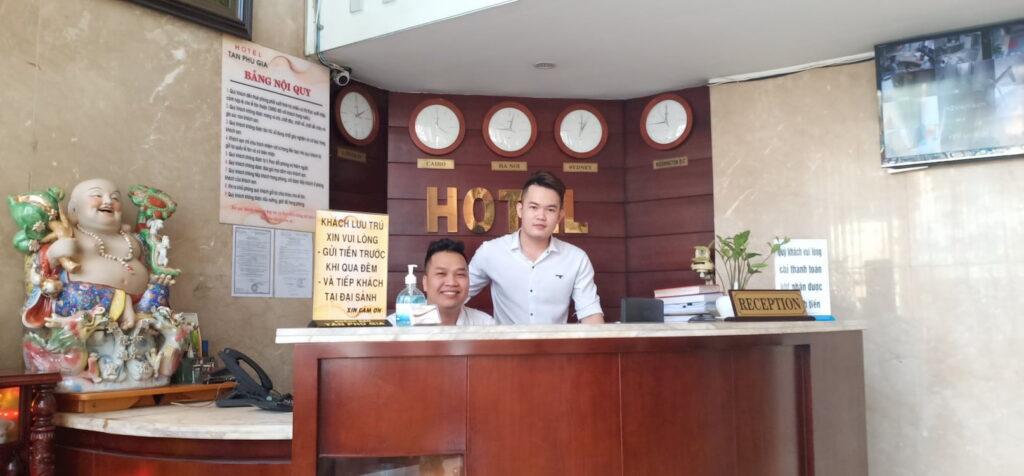 Nhân viên khách sạn vui vẻ